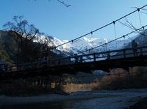 春の上高地河童橋付近の朝