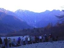○早朝の大正池。上高地を撮影中のカメラマン。