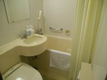 <バスルーム>広めのバスタブとウォシュレット付トイレ