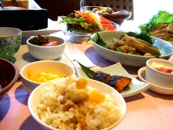 ほっくり栗ご飯、秋刀魚のみぞれ煮、秋の焼き茄子おろし生姜添え、里芋の田舎煮、他
