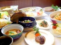 網焼きハンバーグ、揚げ出し豆腐、レモンクリームソースのパスタ、五目野菜炒め、ひじきの炊き込みご飯