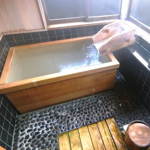【客室】離れ「英五郎の間」には専用のお風呂がついています