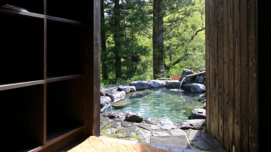 露天風呂の脱衣所。露天風呂に洗い場はございません