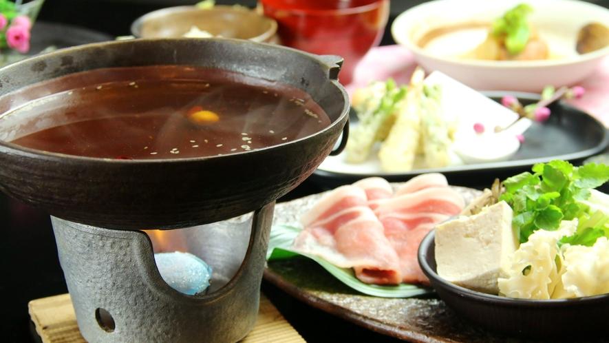 忠治薬膳鍋 上州もち豚と地元食材を効能たっぷりの薬膳スープでお召し上がりください