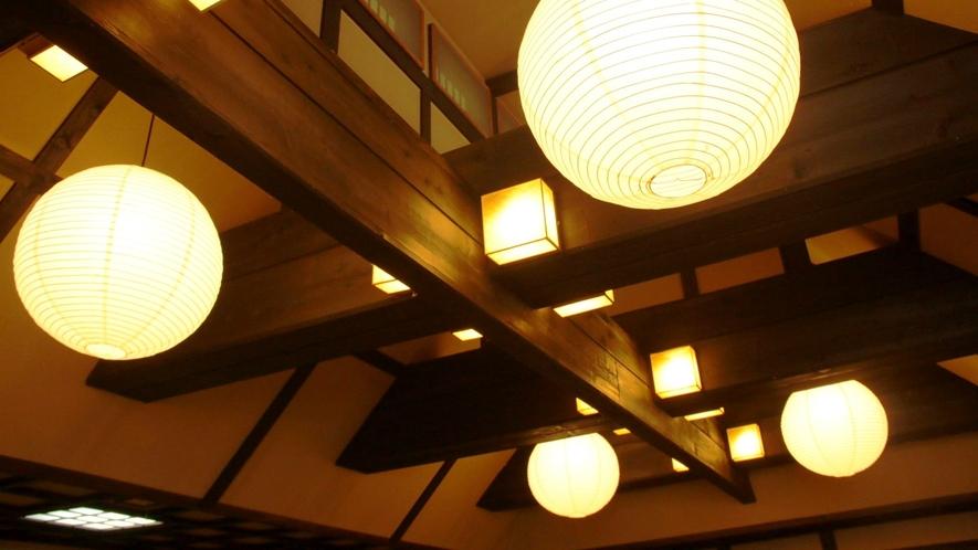 お食事処の大広間 日本家屋独特の柔らかな明かりが優しく降り注ぐ心落ち着く和の空間