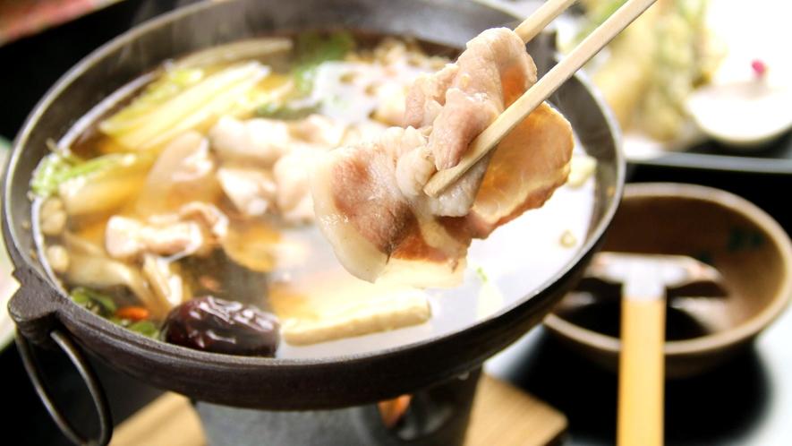 忠治薬膳鍋 能豊かなスープでじっくり野菜を煮込み、最後にもち豚を入れます。