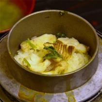 旬の魚介類入り釜飯