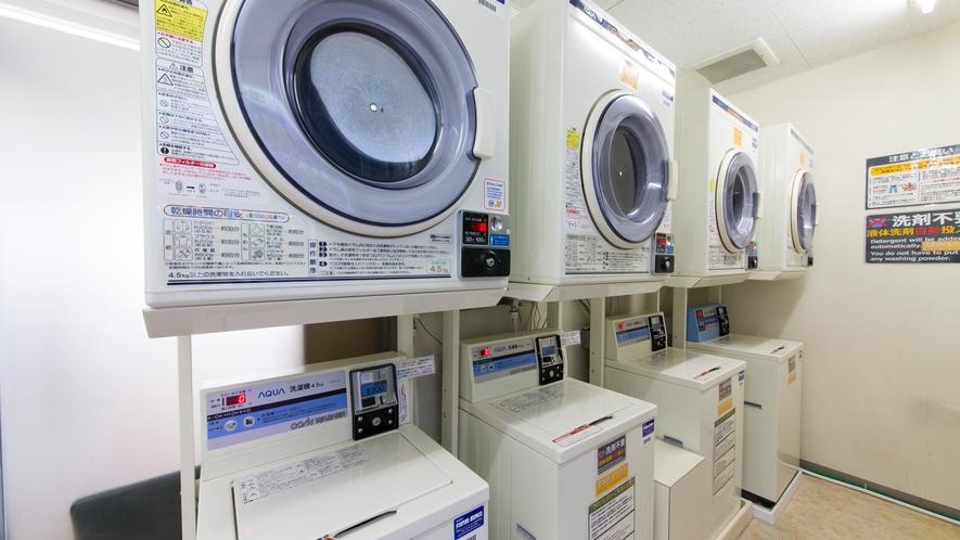 1階ランドリー、乾燥機、洗濯機共に4台ずつ設置
