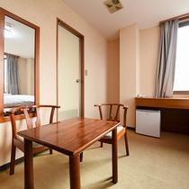 *【ツインルーム(一例)】アットホームなお部屋でゆっくりとお休み下さい。