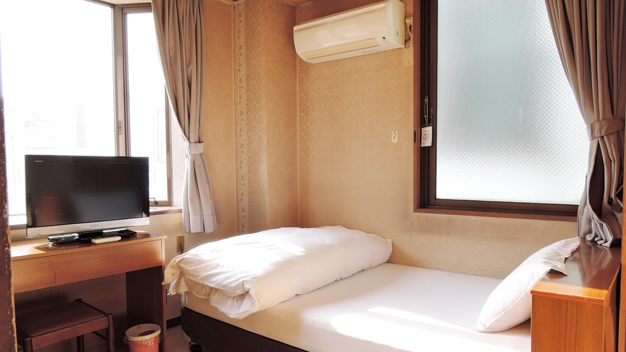 *【シングルルーム(一例)】アットホームなお部屋でゆっくりとお休み下さい。