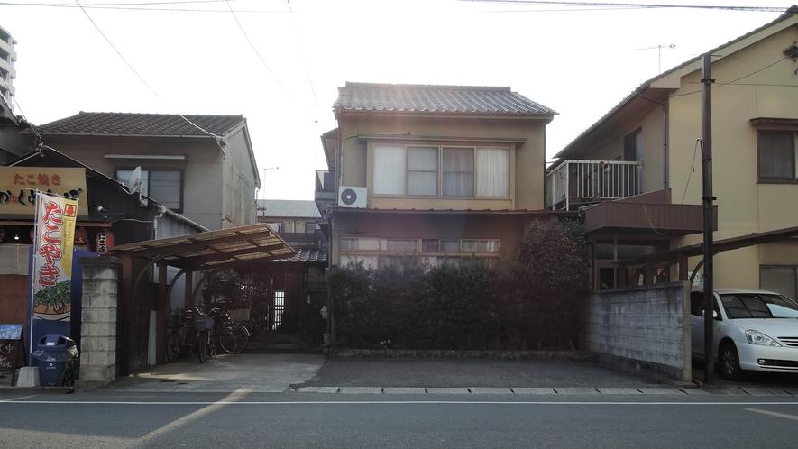 *【施設一例】屋外駐車場(道路挟んで向かい側)