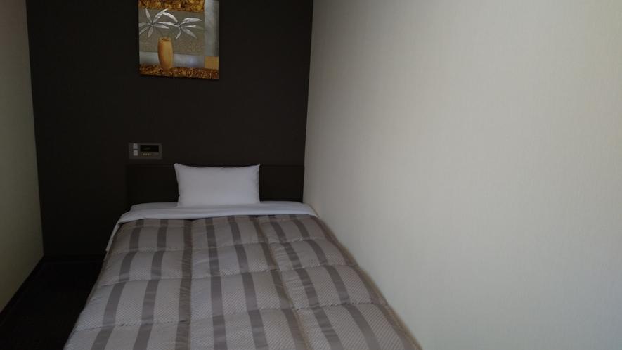 シングルルーム:120㎝幅のベッドでございます。
