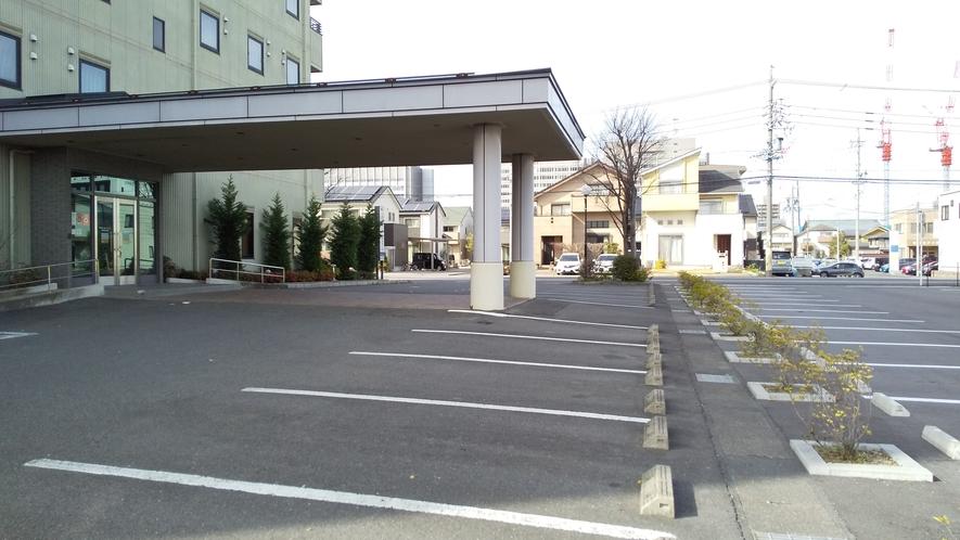 ホテル玄関前には屋根付きの車寄せがございます。雨の日の車の乗降にも便利♪