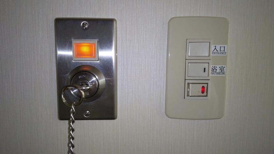 入口すぐのオレンジのランプ下にルームキーを差して回すとお部屋の電気が点きます