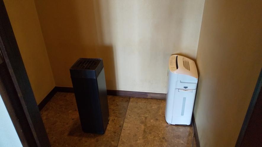 1階喫煙所には空気清浄機もございます。1~2名様でご利用いただける広さです