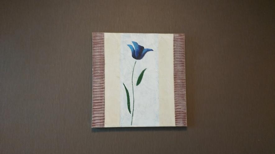お部屋のアクセントの絵画はお部屋ごとにデザインが異なります
