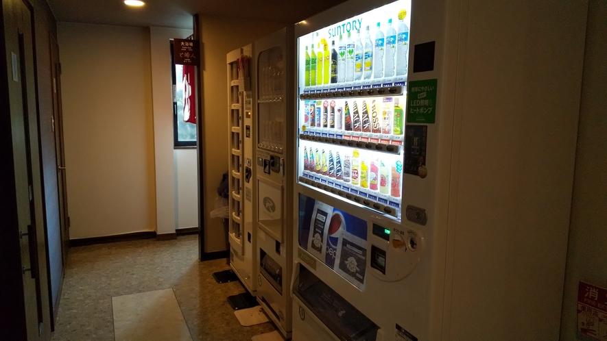 1階自動販売機コーナーは、ソフトドリンク・アルコール類に加えおつまみやカップ麺もご用意しております