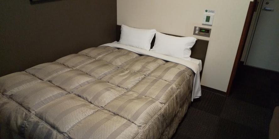 ダブルルーム/140cm幅のベッドでおくつろぎ下さい
