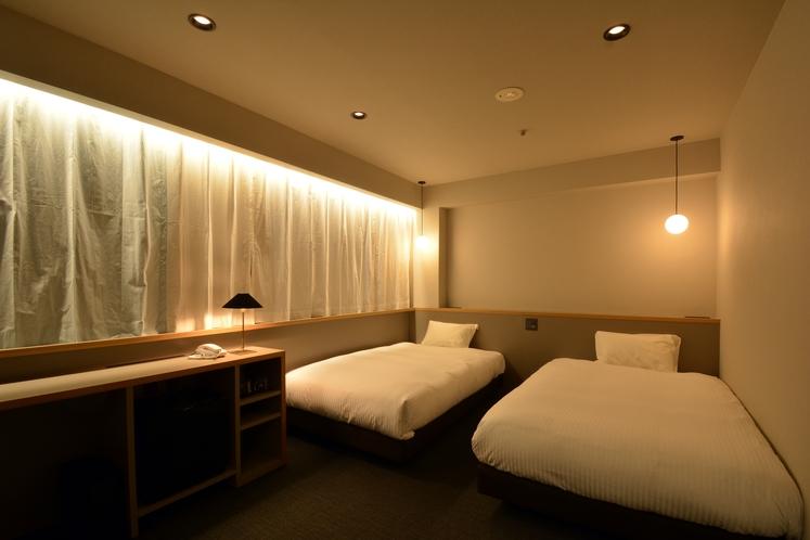 【ツインルーム】ベッド幅120cmセミダブルサイズ×2台完備。