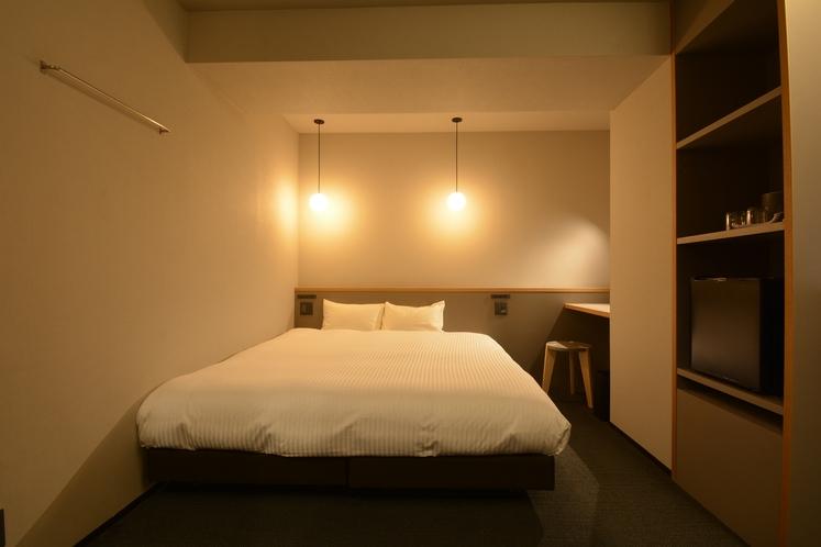 【ダブルルーム】ベッド幅180cmクイーンサイズ完備。