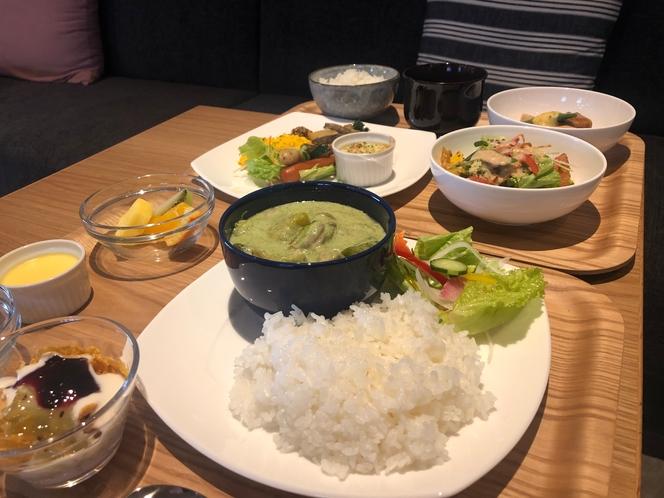 【朝食ビュッフェ】盛り付け例グリーンカレーメイン