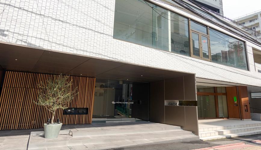 【ホテル東側外観】大きな観葉植物が目印