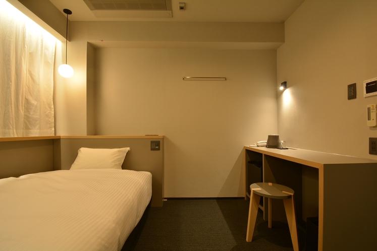 【シングルルーム】ベッド幅セミダブルサイズ125cm完備。※写真は一例になります。