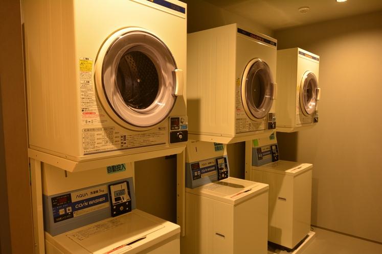 【B1ランドリールーム】自動洗剤投入機。洗濯一回300円。乾燥機30分100円。