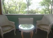 強羅の景色を一望できる洋室