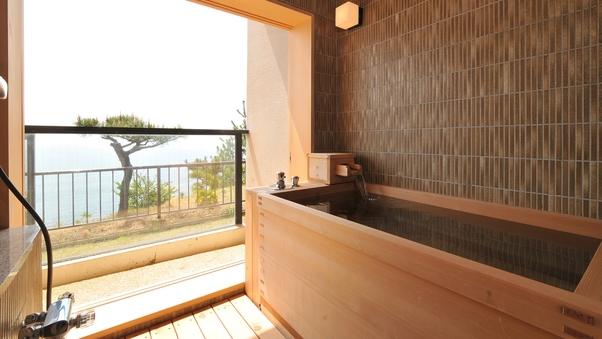 桧造りの半露天風呂とテラス付和洋室 42平米