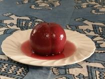 季節の限定メニュー:夏季限定の桃の赤ワイン煮