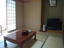 真下慶治の絵が飾られた10畳のゆったりとした和室