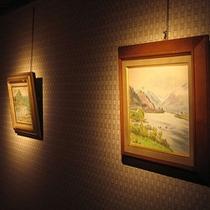 館内に飾られる真下画伯の絵画