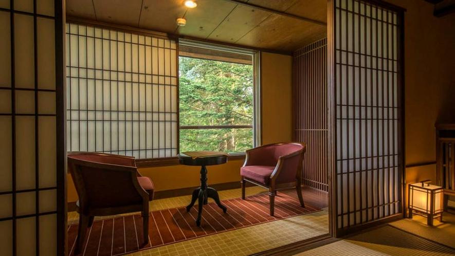 露天風呂付客室『くろゆり』広縁から緑を臨む。