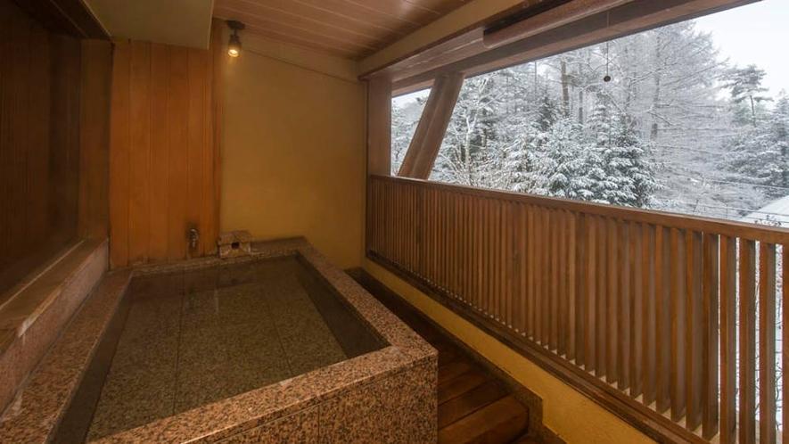 くろゆりの露天から雪を望む