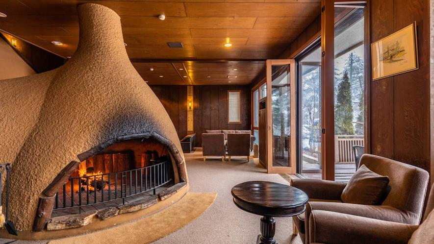 暖炉に火が灯ったラウンジ