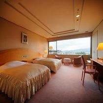 【貴賓室 観月】 寝返りをしても全然へっちゃらのゆとりあるベッドルーム