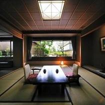 仙渓園「芙蓉」 窓の外には侘び寂びを感じる坪庭が広がります
