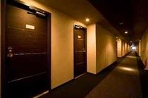 落ち着きのある色調のホテル客室廊下