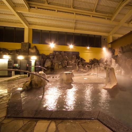 【大浴場:岩風呂】「美人の湯」と呼ばれる炭酸水素塩泉の柔らかな泉質