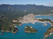 勝浦湾の入り口にある中ノ島は、熊野灘の名勝「紀の松島」の中の、二つの入り江と岩場に囲まれた小島です。