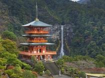 那智山 青岸渡寺/西国33カ所観音巡りの第一番礼所。那智の滝との調和が美しい三重の塔も必見。