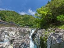 滝の拝/古座川支流小川に位置する渓流瀑。