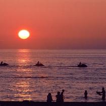*夕暮れ/空と海がオレンジ色に染まる夕暮れ時