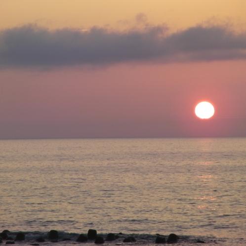 *湯野浜の水平線に沈む太陽を眺めながら、静かに過ぎるときに浸る。