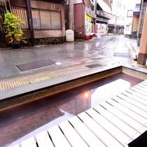 *【足湯】足湯に浸かりながら、温泉街をぼんやりと眺めるのもおすすめ。