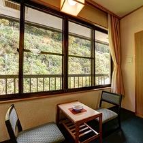 *【客室一例(和室8畳)】窓からは四季折々の景色をお楽しみ頂けます。