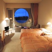 <ツイン>開放感のある高い天井と広いお部屋はヨーロピアンサイズ。