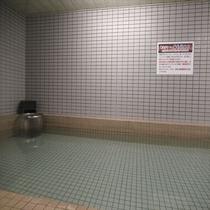 【大浴場】備長炭はカルシウム、カリウム、鉄、マンガンなどのミネラルを豊富に含み、水を浄化させ肌に優し