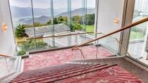 *レストランのある3階からフロントの2階への階段。標高290メートルの絶景が一望できます。